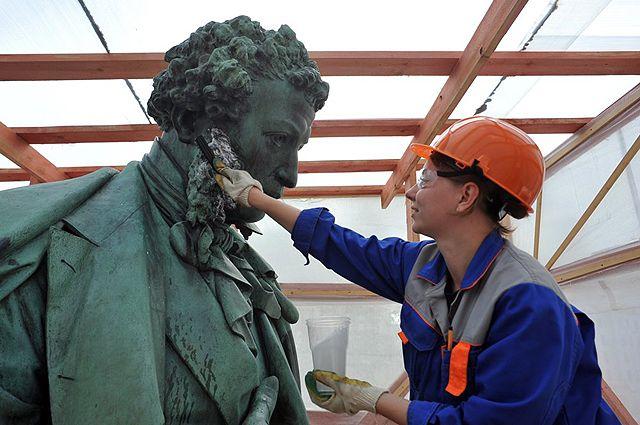 Завершающий этап реставрации памятника Пушкину.