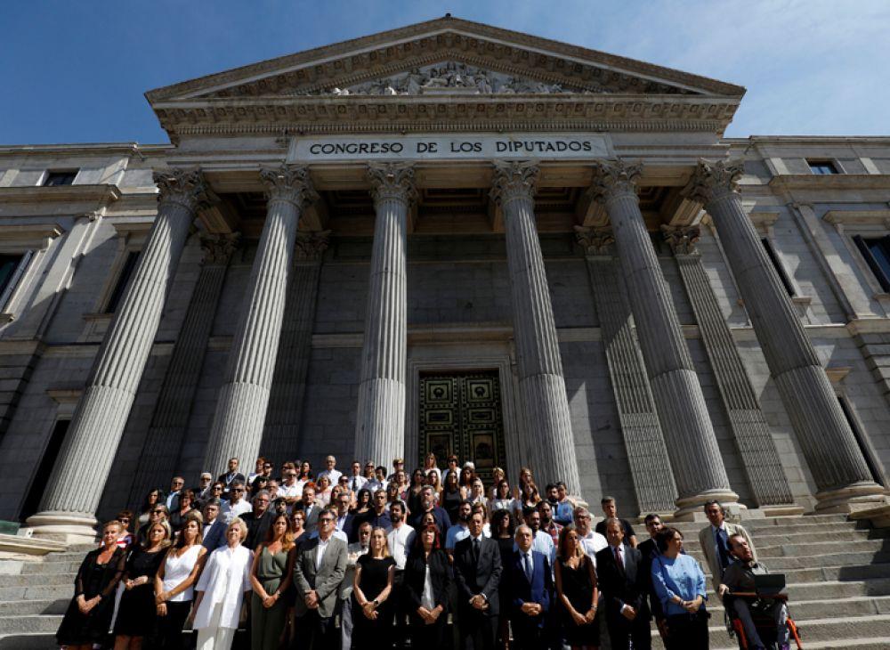 Минута молчания у стен испанского парламента в Мадриде.