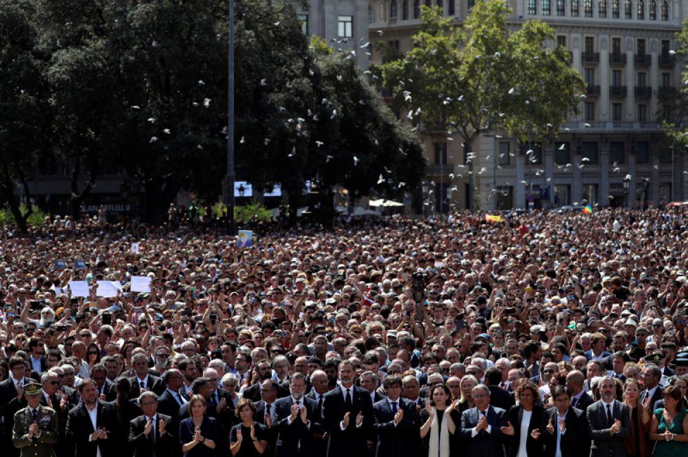 Минута молчания на площади Пласа-де-Каталунья в Барселоне на следующий день после того, как фургон врезался в пешеходов на улице Рамбла.