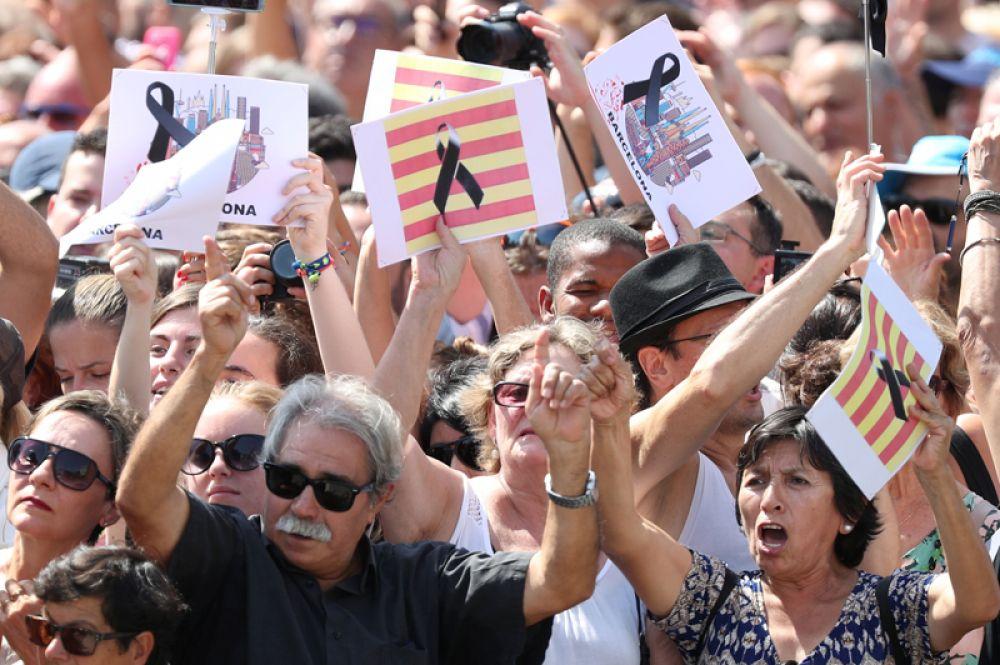 Люди на площади Пласа-де-Каталунья в Барселоне.