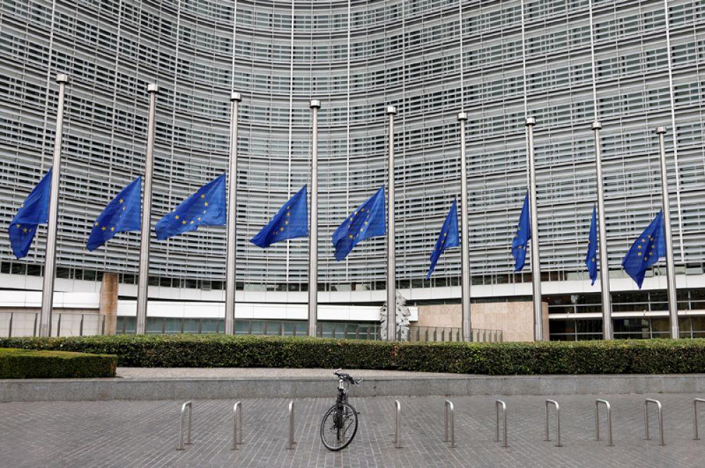 Приспущенные флаги ЕС около штаб-квартиры ООН в Брюсселе.