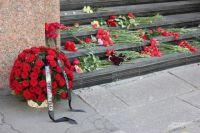 Москвичи несут цветы к посольству Испании.