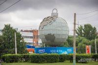 Автором монумента «Глобус» является коллектив работников Пензенского Всесоюзного научно-исследовательского и проектно-технологического института химического машиностроения.