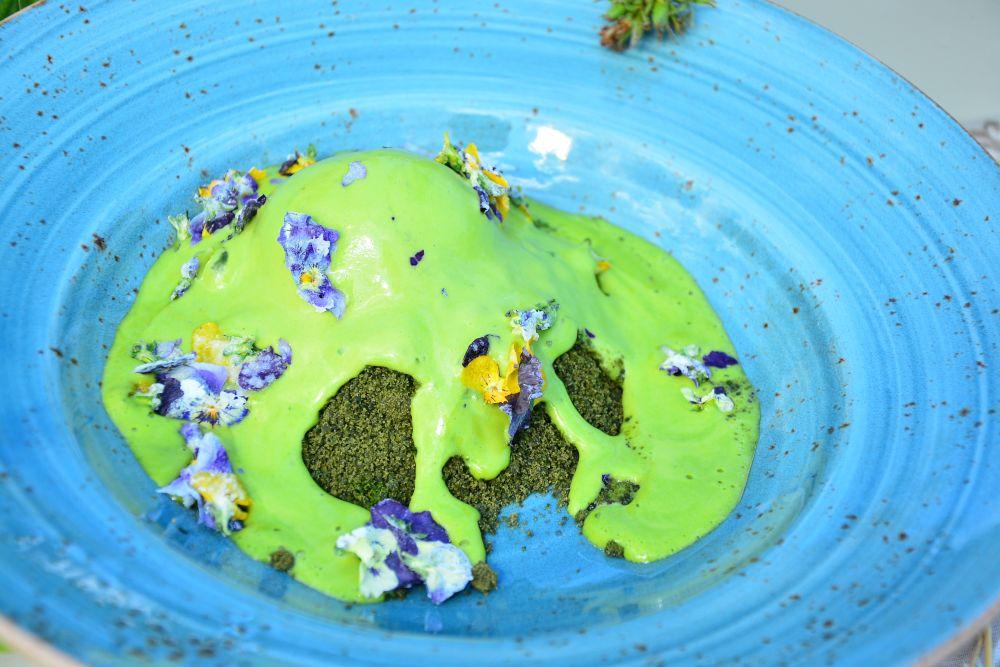 Щавелевое мороженое с крапивной крошкой и песочным тестом.