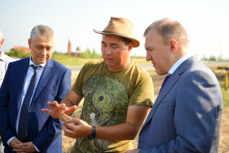 Руководитель экспедиции Марат Бакушев (в центре) и глава республики Адыгея (справа).