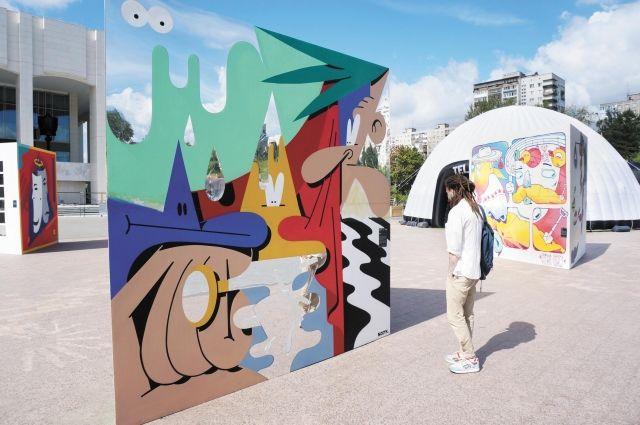 Посетители выставки смогут не только увидеть работы, но и узнать, какой замысел вложили художники в свои полотна, набрав указанный номер телефона.