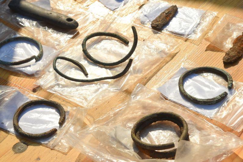Уникальной находкой учёные считают бронзовые детские браслеты.