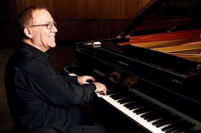 Игорь Апресович руководил эстрадными ансамблями и вёл активную гастрольную жизнь.