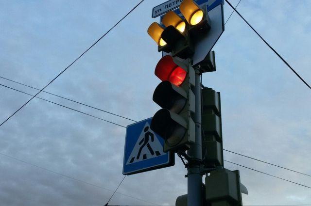 Микроавтобус не затормозил перед красным сигналом светофора и врезался в иномарку.