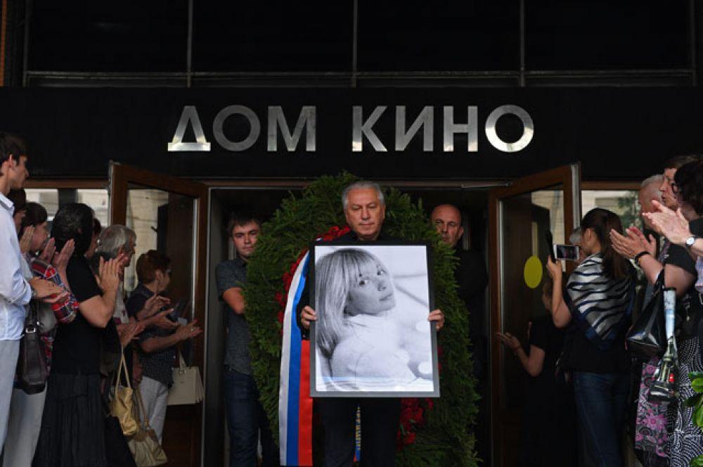 Портрет актрисы Веры Глаголевой выносят из Центрального дома кино в Москве, где прошла церемония прощания с актрисой Верой Глаголевой.