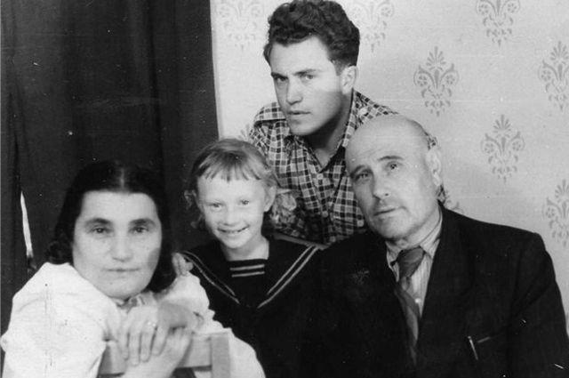 Василий Аксенов в гостях у матери на Магадане.