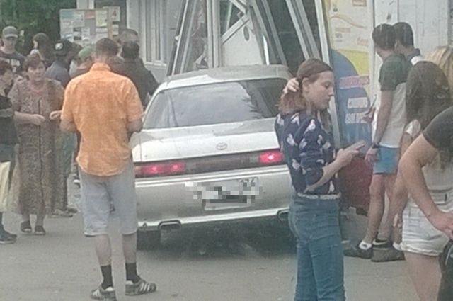 Машина врезалась вкиоск «Роспечати». Пострадал ребенок