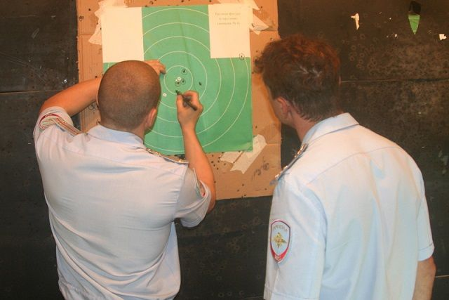 Участники стреляли по мишеням с одной руки на расстоянии 25 метров.