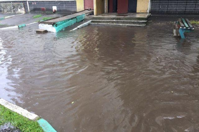 у 85 домов затопило подвалы.
