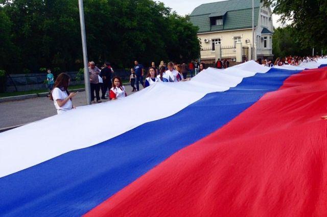 Девятиметровое полотнище пронесут участники акции в Омске.