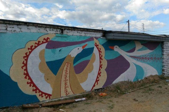 В Тарко-Сале невзрачные гаражи стали радугой