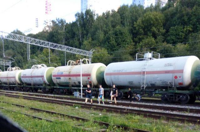 Юноши переходили железнодорожные пути в неустановленном месте.