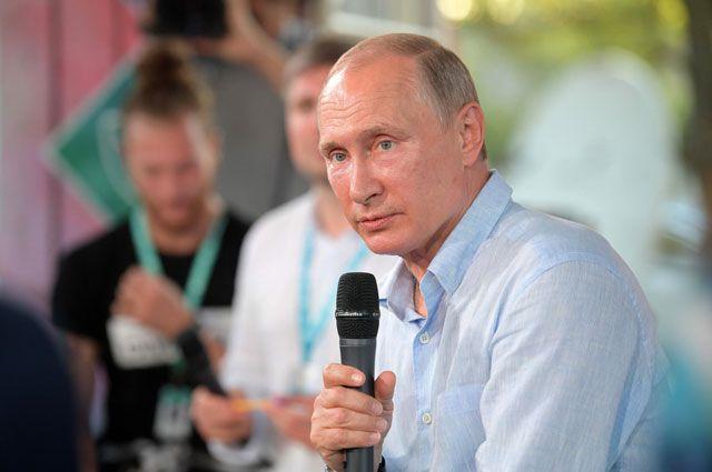 Президент РФВладимир Путин общается сорганизаторами иучастниками ежегодного Всероссийского молодежного образовательного форума «Таврида» наБакальской косе.