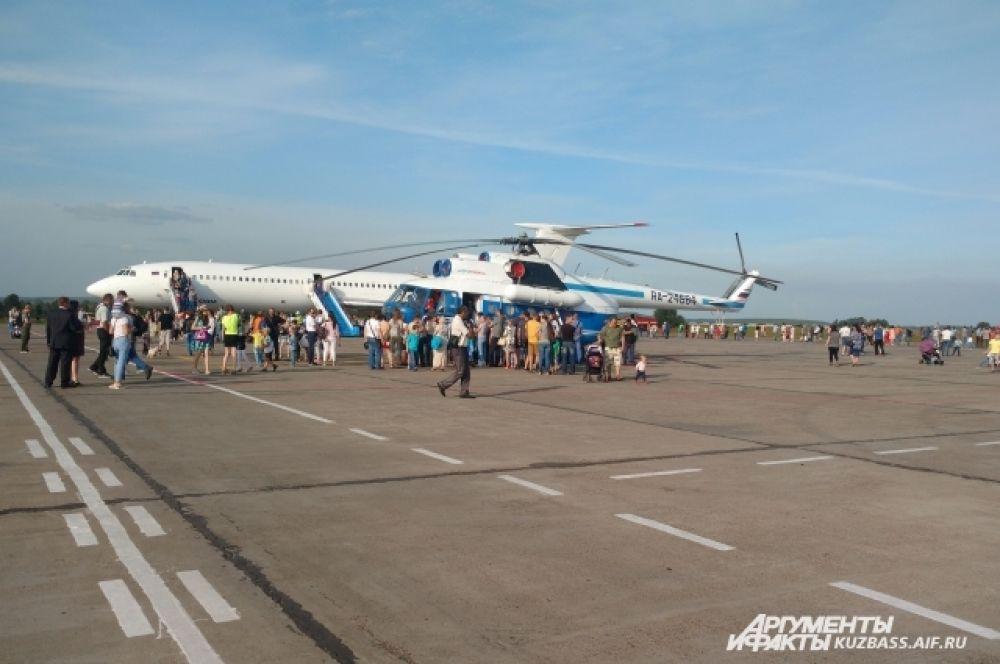 2 самолёта ТУ 154 и вертолёт МИ 8 были открыт для гостей праздника. Все желающие могли не только сфотографироваться с техникой, но и посидеть за штурвалом. Желающих было очень много! Ещё бы – многие увидели такое в первый раз!