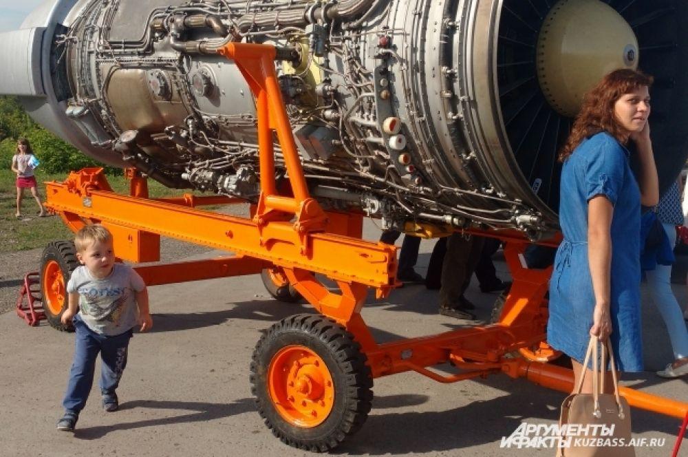 Всеобщее внимание привлек выставленный на обзор зрителей турбореактивный двигатель ТУ 154, а также вспомогательная силовая установка, служащая для запуска основных двигателей.