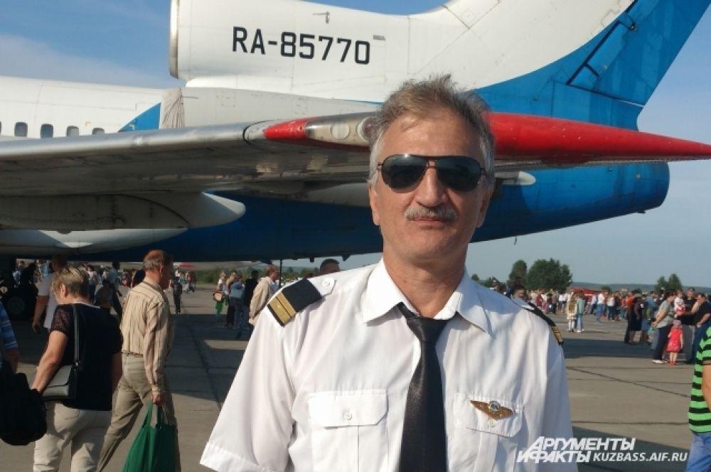 Уважаемые работники воздушного флота и ветераны! Поздравляем вас с вашим профессиональным праздником!