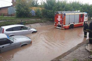 Множество автомобилей на затопленных улицах получили гидроудар.