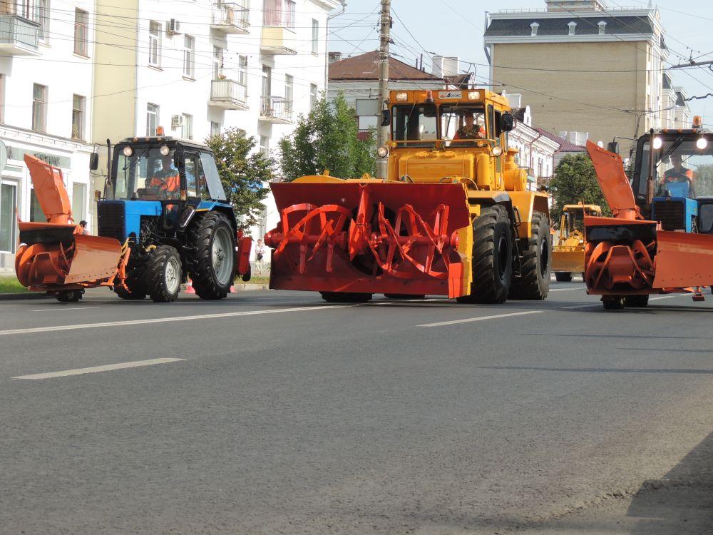 АО «Дорэкс» круглый год ведёт работу по содержанию улично-дорожной сети города. Подметально-уборочные, поливо-моечные, комбинированные дорожные машины, пескоразбрасыватели, обычные тракторы, грейдеры, снегопогрузчики.