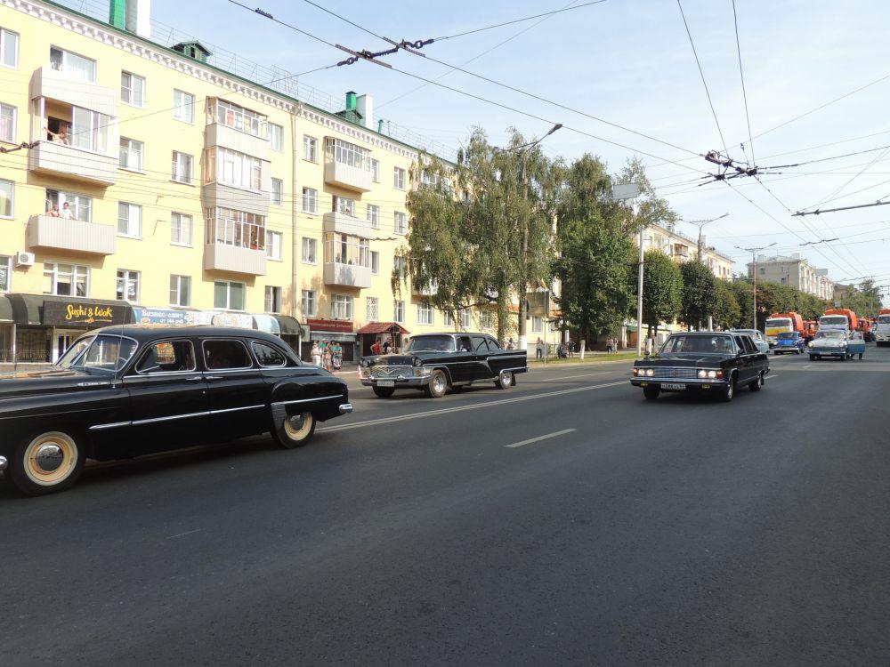 ЗИМ ГАЗ-12 — советский шестиместный шестиоконный длиннобазный большой седан, предшественник «Чайки».