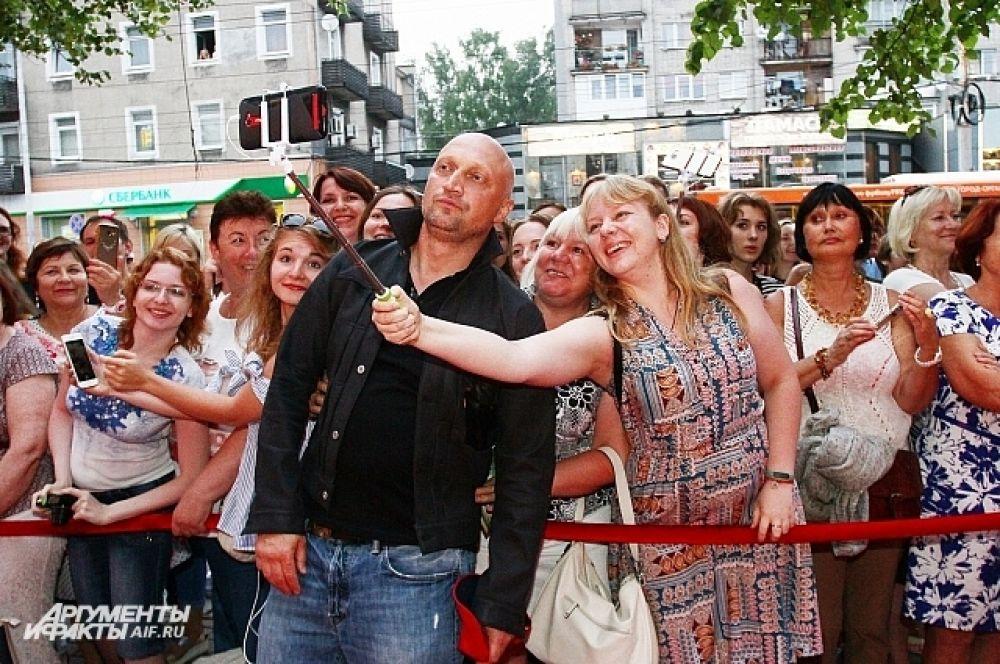 Гоша Куценко охотно фотографировался с поклонниками.