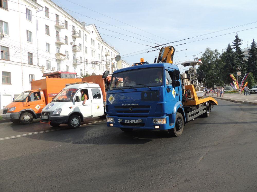 АО «Дирекция гаражных хозяйств» представило технику, с помощью которой наносится дорожная разметка, также мобильная станция по ремонту светофоров.
