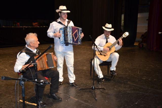 Виртуозную игру на испанской гармонике показали музыканты.