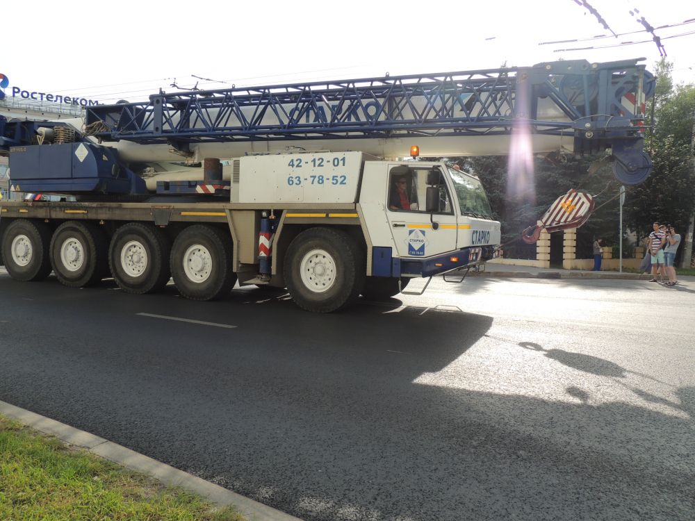 К параду городской техники присоединились дорожники и строители. Первый в шеренге – мощный немецкий тягач МАН, бетоносмесители, автокран грузоподъемностью 110 т и максимальной длиной стрелы 52 метра.