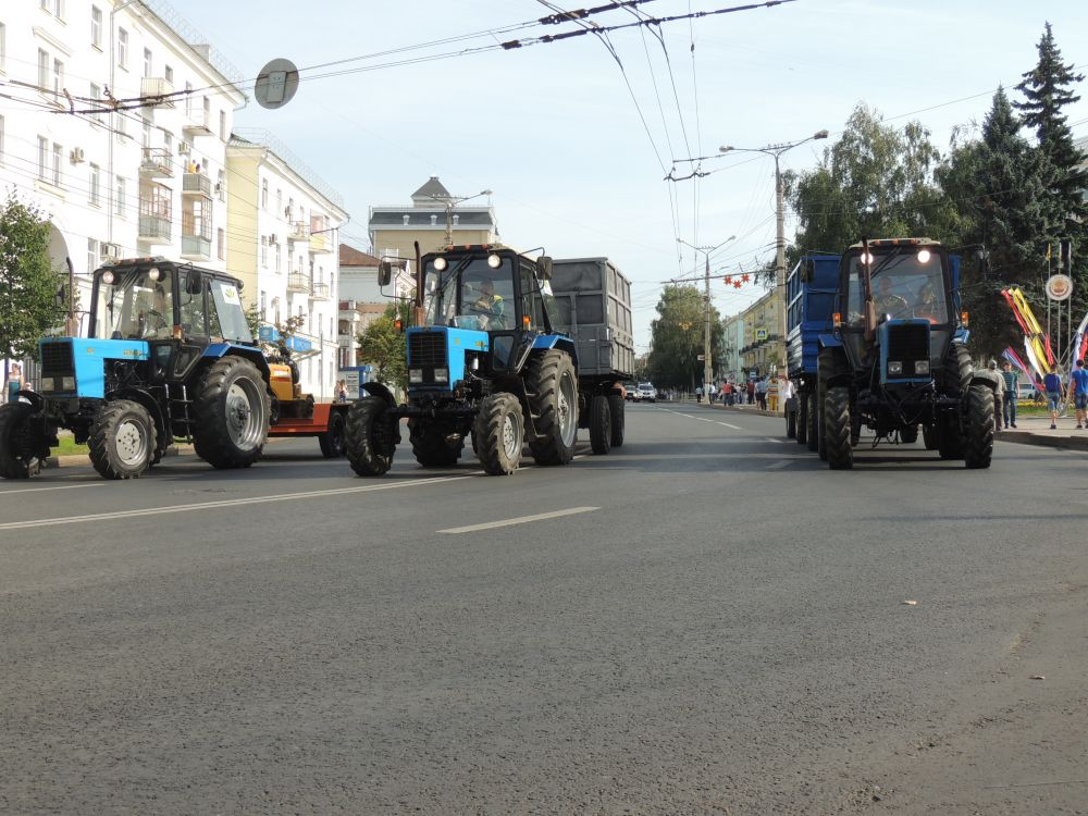 «Зеленстрой» на параде представил тракторы «Беларус» с пенькоизмельчителями и дорожными пылесосами.