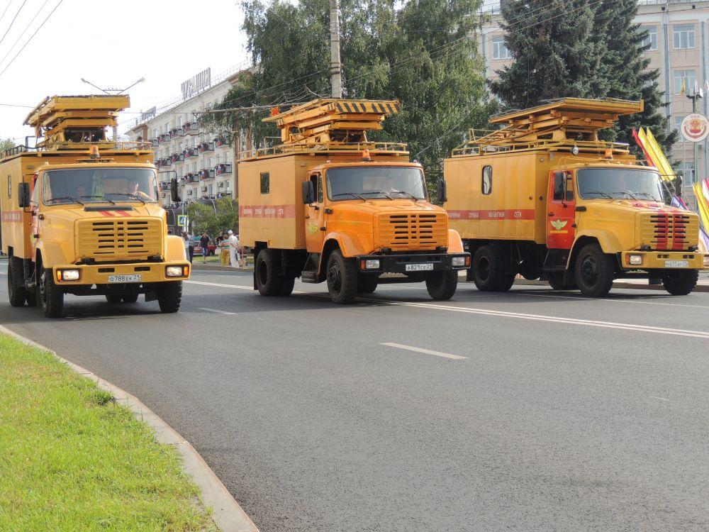"""Подвижной состав МУП """"Чебоксарское троллейбусное управление"""" насчитывает 265 троллейбусов на параде представило ремонтную технику."""