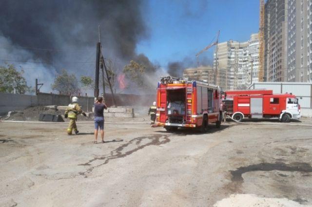На месте крупного пожара в Ростове-на-Дону произошел взрыв