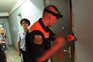 Спасатели вскрыли входную дверь с помощью слесарного инструмента