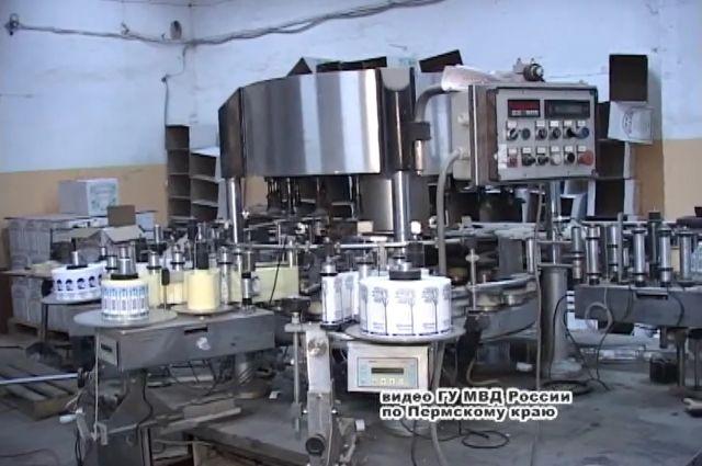 Подпольный цех успел выпустить 725942 пол-литровых и 5648 литровых бутылок контрафактного алкоголя.