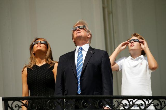 Трамп с балкона Белого дома наблюдал за солнечным затмением