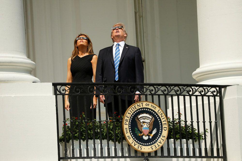 Президент США Дональд Трамп с супругой Меланьей наблюдают затмение с балкона Белого дома.