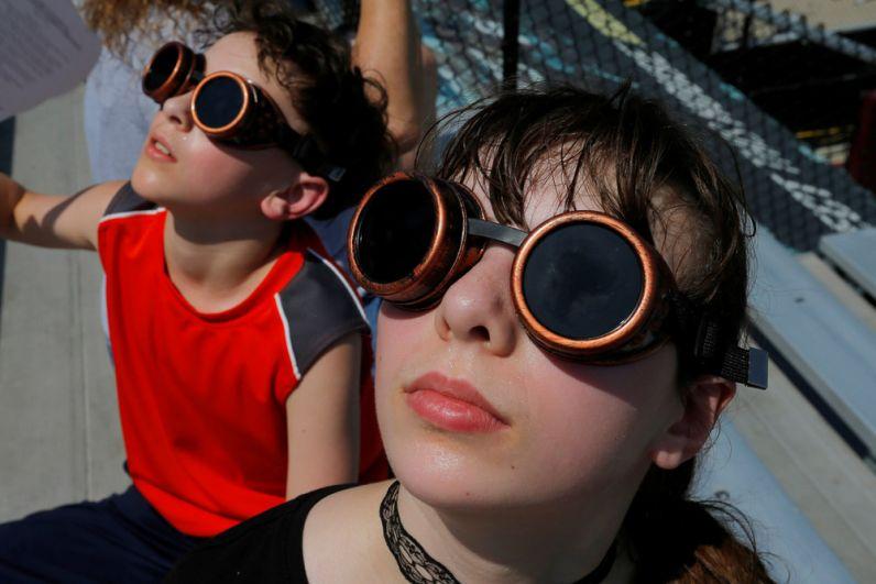 Наблюдающие за солнечным затмением в городе Карбондейл, штат Иллинойс.