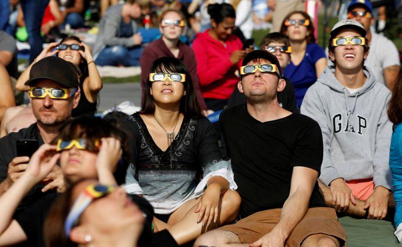 Наблюдающие за солнечным затмением в Лос-Анджелесе.
