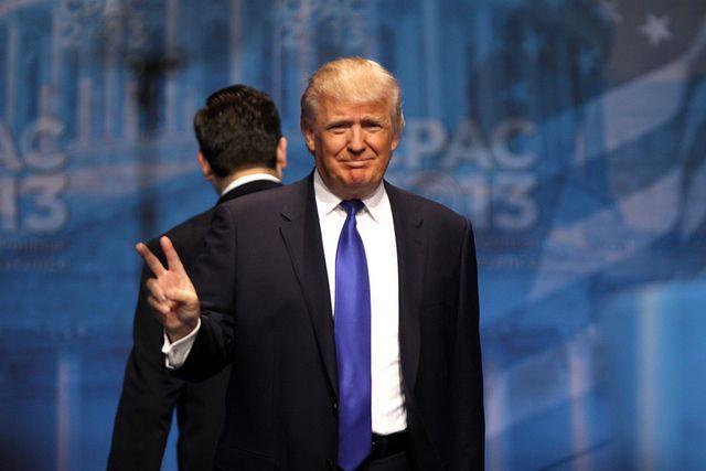 Трампа «троллят» за то, что он смотрел на затмение без защитных очков