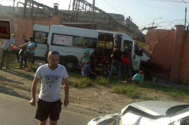 5 человек пострадали вДТП вЧелябинске: маршрутка въехала вбетонные блоки