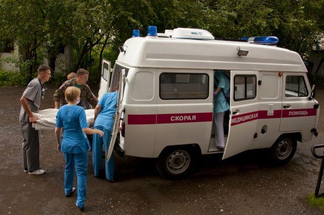 Спасатели извлекли пострадавшего из автомобиля и передали врачам скорой помощи.