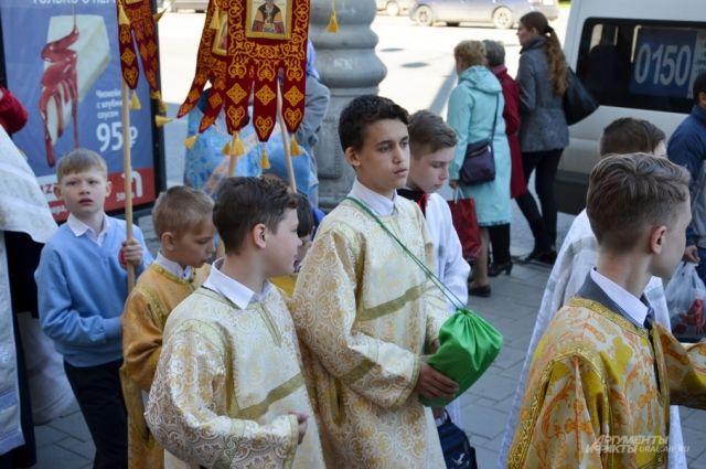 Отличительной особенностью праздника является массовое участие детей в организации и проведении богослужения.