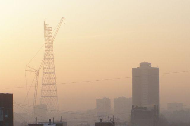Утром горожане видят туман – это прямо следствие понижение температуры воздуха ночью. А днём туман рассеивается и остаётся дымка.