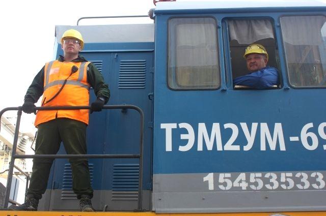 Составитель поездов Антон Кизяков и машинист тепловоза Дмитрий Павлов.