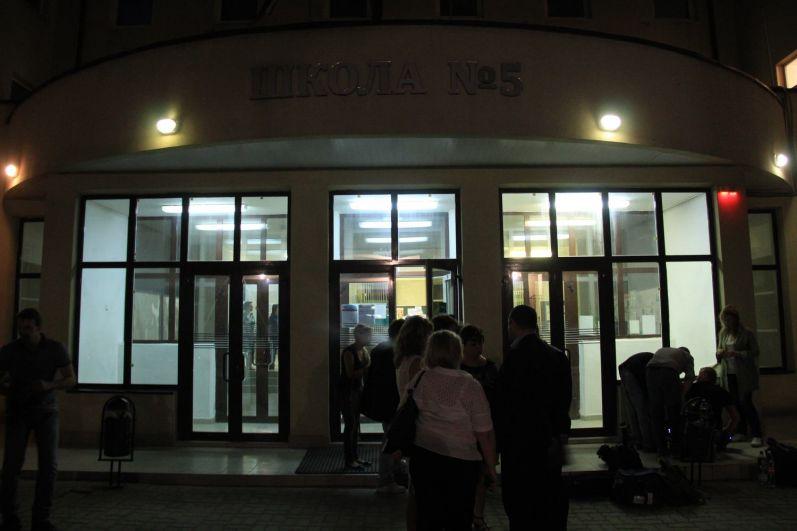 С вечера 21 августа в школу №5 прибывали пострадавшие.