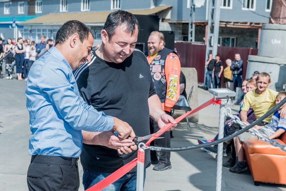 Нургали Исмаилов и Сергей Муратов разрезают красную ленту.