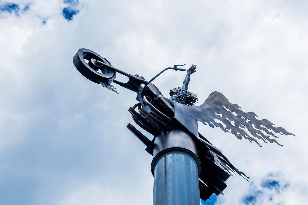Фрагмент стелы – «Парящий белый ангел на мотоцикле».